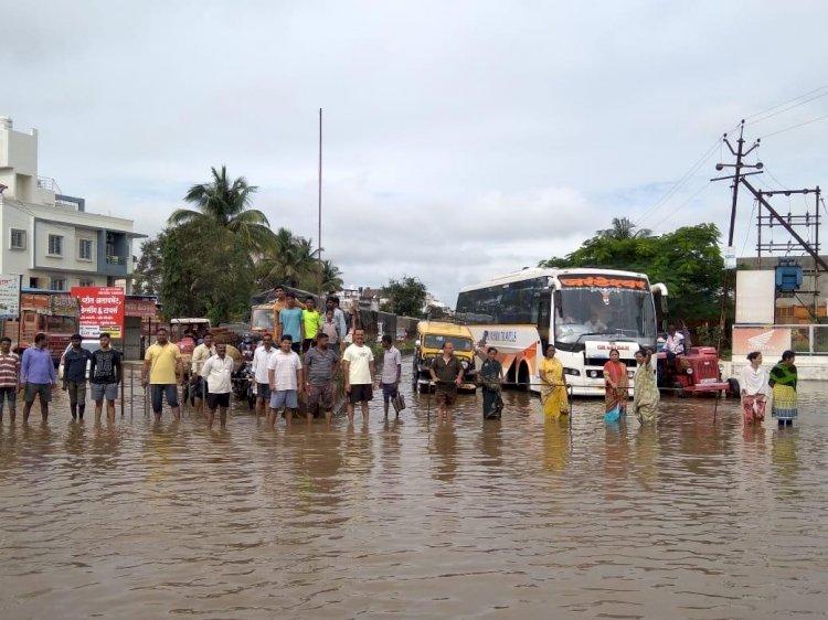 कराड-विटा रस्त्यावर साचलेल्या पाण्यात नागरिकांचा रास्तारोको