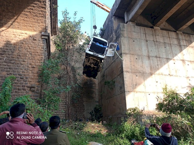 तारळी पुलावरुन मिनीबस कोसळली; ५ ठार, ८ गंभीर जखमी