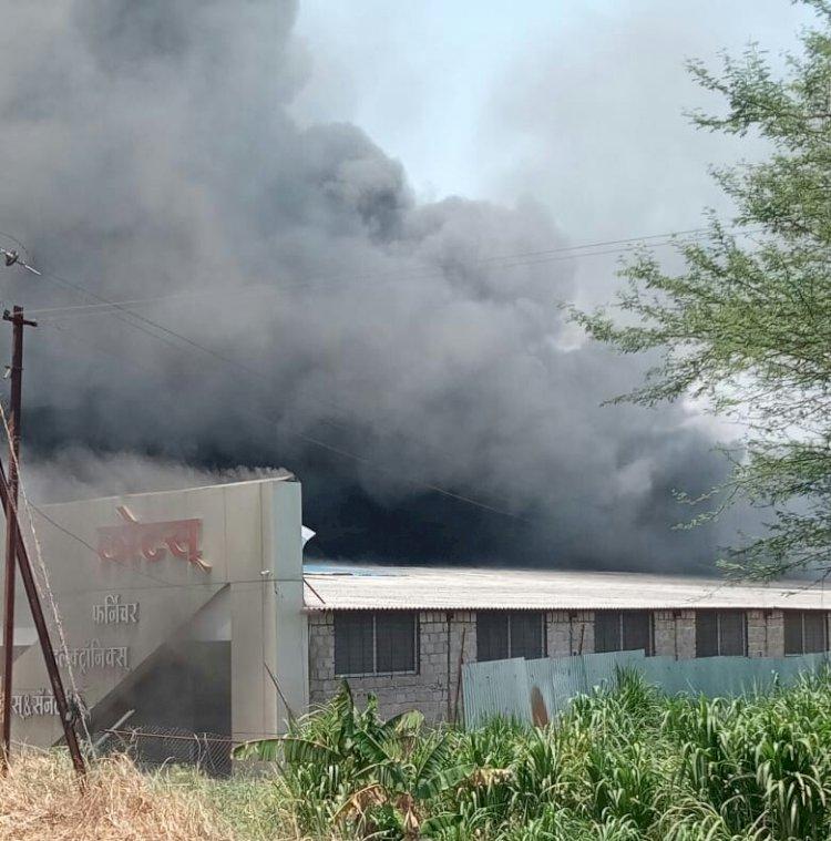 मलकापुरातील लोटस फर्निचरला भीषण आग